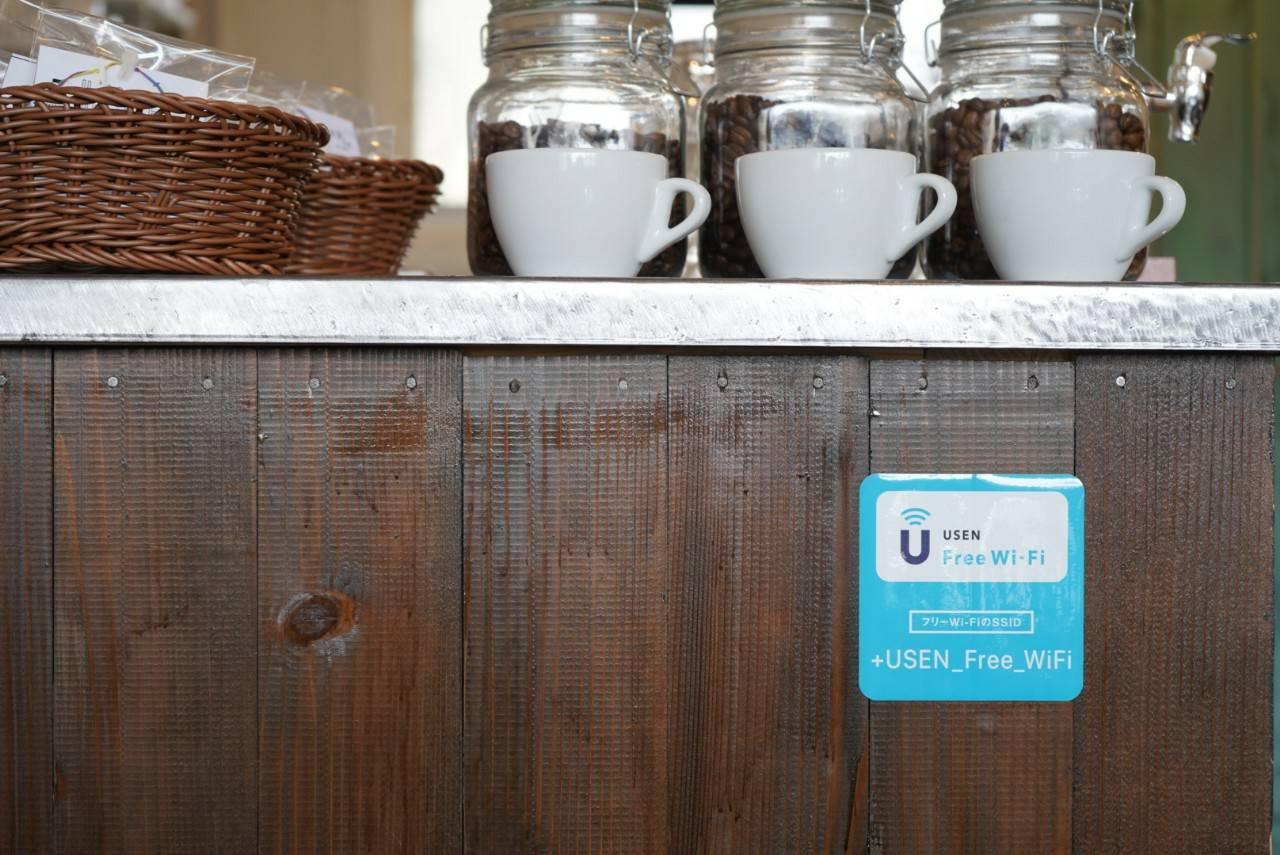 ご利用の際は店内にあるWi-Fiのご案内シールをご覧ください。